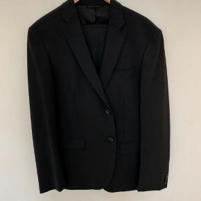 Helt nyt Calvin Klein jakkesæt, købt i forkert størrelse. Ny pris 3900 kr. størrelse 52.