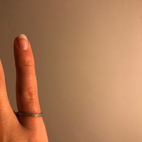 Ægte sølv Sterling 925 ring. Ved ikke størrelse, men på billede to kan det muligvis fornemmes.  Gætter xs-s. Har ændre sølvsmykker til salg på min side. Tjek gerne ud! Pris: 80kr eks fragt