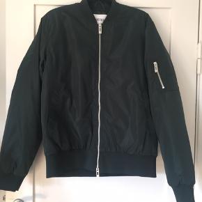 Han Kjøbenhavn bomber jacket i str. XL i farven Garden Green. Jakken er helt ny og har stadig tags i. Nypris var 1800kr. Kom gerne med et bud :)