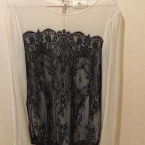 Super flot silke skjorte med blonder. Fejler intet!  Se gerne mine andre annoncer med lækre mærker.  Silke skjorte Farve: Råhvid og sort Oprindelig købspris: 1400 kr.