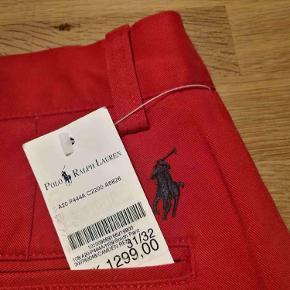 """Meget bløde og smarte chinos / bukser fra Ralph Lauren. Størrelse: 31""""/32"""" Billede 2 & 3 viser snittet. Billede 4 er måske lidt mere rød en virkeligheden. Oprindelig købspris: 1300 kr.  Se også mine andre annoncer af mærkevarer af høj kvalitet og stand, til både mænd og det smukke køn."""