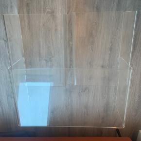 Sofabord i akryl. Der er brugsridser og bordene kunne trænge til en god rengøring.    De to små borde kan skubbes helt ind under, eller tages ud - så der kan fylde som man vil have det.  Størrelsen på det store bord er:  B 94. D 54 H 34  Kan ses og hentes i Tåstrup.