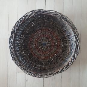 Fletkurv måler ca. 40 cm i diameter og 15 cm i højden.  Hentes i Roskilde.