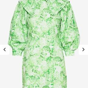 Helt ny ganni kjole, med Peter pan krave, pufærmer og det smukkeste blomster mønster 🍀 Aldrig brugt og stadig med pris mærke.   #Secondchancesummer