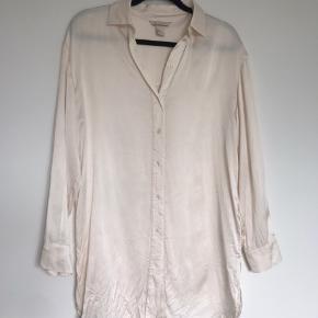 100% silkeskjorte fra H&M (Premium Quality). Nypris var 749,- og det er en str 32, men er både lang og oversized så ka passes op til en small. Brugt få gange, måske 1-2.