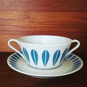 Den fineste boullion kop eller suppeskål fra Lotus Lyngby porcelæn. Den har almindelige brugsspor, men står ellers fin. Farven på lotusbladene er blå.