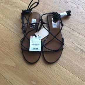 Fine lædersandaler med bindebånd til ankel eller lidt op af benet.