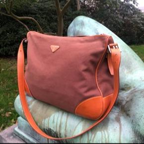 PRADA travel bag i brun Canvas  Dustbag og aut-certifikat medfølger.