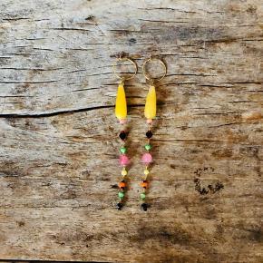 Skønne øreringe, en blanding af halvædelstene, glasperler og porcelænsperler 🥂  #trendsalefund