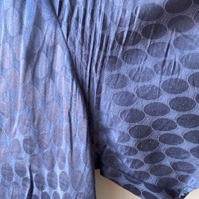 Smuk kjole med flot print. Dyb v-hals og med bindebånd