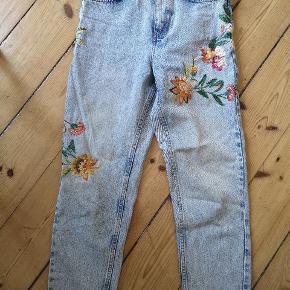 De smukkeste, flotteste mom-jeans fra Topshop. Sælges da jeg ikke kan passe dem længere. Har fået ny lynlås i, da den gamle ikke var god. Er IKKE stretchy i stoffet, så rammer flot numsen ind, men det kræver du kan være i dem ;)   Størrelse: w26 L30