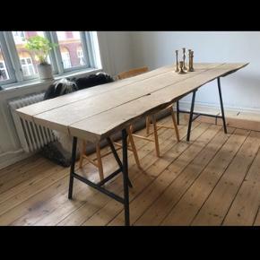 Smukt rustikt egetræsbord med rå kanter. Bordet bugter sig lidt ud og ind (se billede), det er mellem 75-85 i bredden og 2 m langt. Behandlet med sæbe, men kan også olieres. Afhentes.