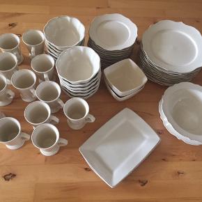 10 middagstallerkner 12 frokosttallerkner 2 firkantet skåle 11 runde skåle 12 kaffekopper 2 store skåle  2 fade  Samlet np 4409 kr Pris 1900 kr Købt i Bahne Et par dele har et skår.  Det meste er aldrig brugt.  Hentes i Greve