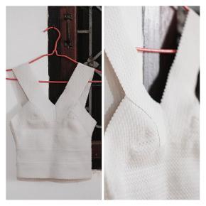🔸️Top blanc court très agréable à porter👚Taille XS (serre assez au niveau de la poitrine)