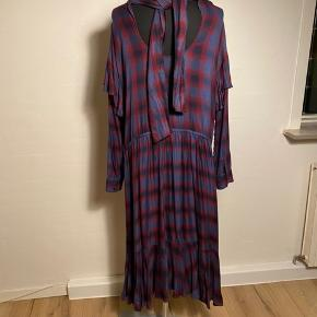 Sej kjole med fine detaljer   Størrelsessvarende