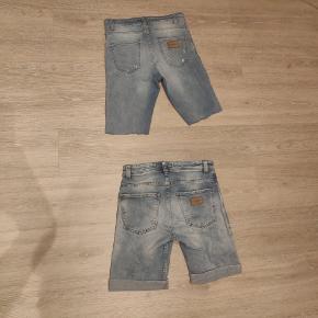 Sælger disse to par shorts til 50 kr. Begge par er fra Just Junkies og er str 28/32. Det ene par er oprindeligt et par bukser som jeg så har klippet til. De er begge i en fin stand, men dog stadig brugt. De har ingen pletter eller flaws.