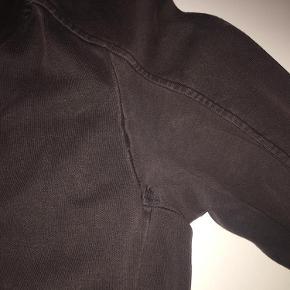 Varetype: Andet Farve: Brun Oprindelig købspris: 2700 kr.  Lækker og blød lang hættetrøje/frakke/frakke i sweatkvalitet fra Ilaria Nistri Roque. Standen er god med et oprindelig slidt look, dog er syningerne gået op ved og omkring armhulerne- ikke forsøgt repareret.