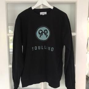 Sweater fra Soulland. Brugt meget få gange. Blåt/gråt broderet motiv på maven.