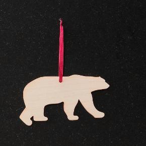 LUKSUS JULEPYNT I BIRKEFINÉR  Fint lasercuttet julepynt i birkefinér med rødt bånd. God kvalitet og rigtig fint. Aldrig brugt. 3 stk for en samlet pris. Det består af en isbjørn, et hjerte og en stjerne. Ca. 8-10 cm.
