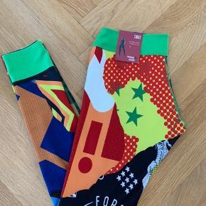 """Reebok crossfit tights, denne model er vendbar, så de kan være som på billedet eller vendes og """"bare"""" være grønne.  Aldrig brugt.   Spørg for flere billeder."""