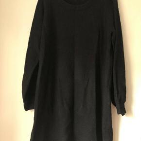Løs, sort strikkjole: husker ikke med sikkerhed  str., da det er klippet ud, men mindes at det er en M.