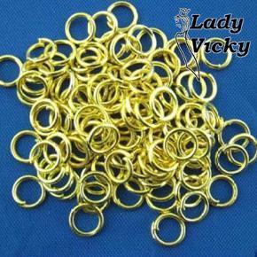 Gyldne O-ringe. 4 mm i ydre diameter.  Smykkedele til øreringe, vedhæng, armbånd, smykker i det hele taget, taske- og telefonvedhæng m.m.m.  Selvfølgelig nikkelfri iflg højeste standard.  Gode mængderabatter, fx: 50 stk. 34 kr. pp. 100 stk. 37 kr. pp. 200 stk. 43 kr. pp.  Kan afhentes på Frederiksberg.