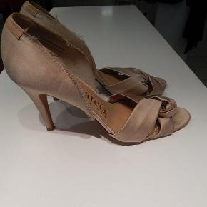 Pedro Garcia peep toes str 40 i gylden satin, hæl 9 cm, brugt men stadig pæne, se alle fotos