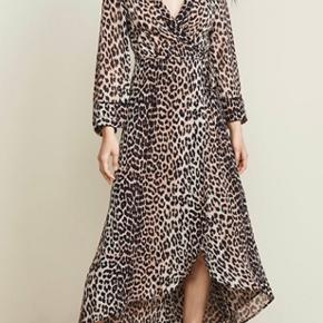 Virkelig fin Slå-Om kjole fra Ganni. Næsten som ny,- sælges kun da den er for lang til mig