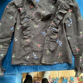 Super fin skjorte med mange detaljer sælges, da jeg ikke får den brugt.  Str. 40. Lavet af 100% polyester 🖤