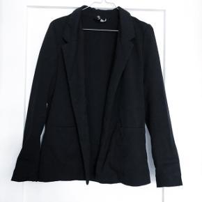 H&M blazer   størrelse: 34   pris: 50 kr    Fragt: 37 kr   obs der mangler en knap foran, der er en ekstra med så den kan bare syes på