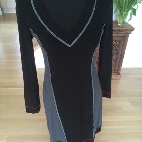 Fin kjole fra Mongul Materialet er viscose og elastane  Giver altid god mængderabat :-)