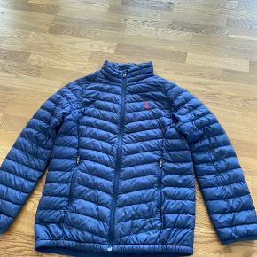 Sælger denne lækre Ralph lauren overgangs jakke, den fejler intet udover den her et lille flaw bagpå som man ikke ligger mærke til. Den er str Large (14-16) år