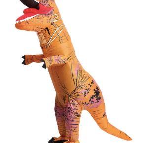 Oppustelig dinosaur kostume. Kun brugt få gange, så fungere helt optimal.  Batterier medfølger