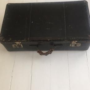 Fin læder patina kuffert i god men brugt stand med stål beslag. God lås. Mål: 65x35x18 cm