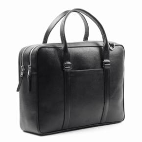 """Super lækker taske fra Royal Republiq i sort læder. Læderet har lidt struktur, hvilket gøre tasken alsidig, så den både kan gå som en 'business' taske og samtidig, kan den give et lidt mere causal udtryk. Tasken kan rumme op til en 15"""" og har ligeledes 2 separete rummelige rum. Størrelse: 39 cm x 28 cm x 10,5 cm Nypris: 1800.- Sælges til 900.- kan sendes uden beregning ved en hurtig handel.  Model navn: Affinity Double Caviar"""