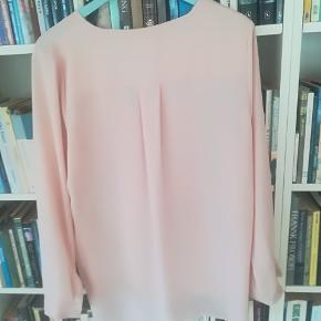 Så fin en skjorte. Som ny. Falder smukt. Farven er pudder.