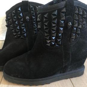 Super fede støvler    Kom med et bud og se også mine andre annoncer for andre støvler og gode tilbud  Andet Farve: Sort Oprindelig købspris: 2600 kr.