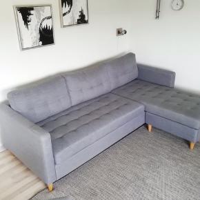Sælges da der er købt ny sofa. Fejler ingen ting og fremstår derfor i rigtigt god stand. Det er både sofaen og stole til 2.000kr. Prisen er til at forhandle. Den er købt i jysk og står til 3.500kr for ny. Skriv hvis der skulle være spørgsmål. 😊