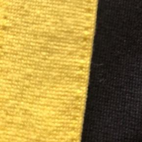 Helt nye sorte bukser med gul stribe. Står str 152 i dem, men de er lidt stramme i elastikket synes jeg.  Se også alle mine andre annoncer med pigetøj i denne størrelse.