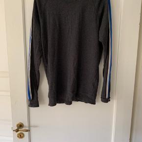 Fed Mads Nørregård trøje. Brugt meget få gange - fremstår som ny. Prisen er uden forsendelse.