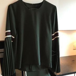 Smuk army grøn Fleur bluse fra Birgitte Herskind i str. xs. Har de fineste plisserede ærmer, men sælges da jeg desværre ikke får den brugt.