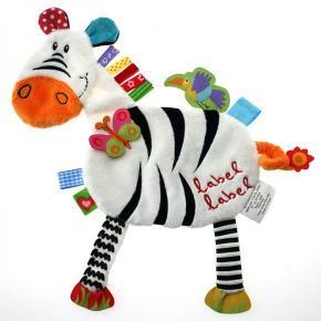 Den fine sutteklud med den stribede Zebra er lavet af blødt plys. Både drenge og piger vil elske den. Der er forskellige materialer med forskellige teksturer, så barnet kan registrere forskellene og stimulere deres sanser. Begge sider har forskellige funktioner og teksturer. Suttekluden fra Label Label er en meget dejlig unik gave.