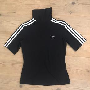 Sort Adidas trøje i størrelse EU38 (Medium) brugt og vasket et par gange men næsten lige som ny.