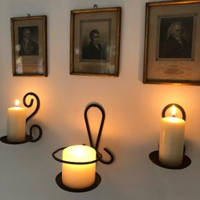Hyggelige gamle lysestager slidte på den fede måde. De er lavet af jern. 2 mindre og 1 stor sælges. Pris 100kr pr stk.
