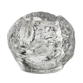 Kosta Boda Snowball fyrfadsstage. 6 x 6,6 cm. Design Ann Wolff. Snebolden - formen og den klare overflade, er inspireret af den svenske vinter, hvor sne lygten lyste op i vinternes mørke. Snowball er en Kosta Boda klassiker. Selv om inspirationen er hentet fra snebolde, er stagen også flot på havebordet en lun sommeraften. Porto 44 kr