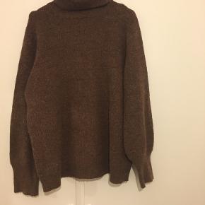 Jeg er normalt en str. small/medium, og jeg har købt den i XL for at den er oversize. Trøjen er købt for et år siden i Bahne.