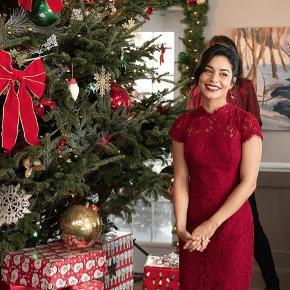 """Den smukke røde blondekjole fra """"A knight for Christmas"""" (Netflix). Udsolgt alle steder.   Str 12. Svare til en str 38.  Aldrig brugt."""