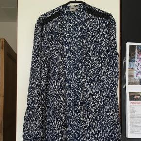 Asos skjorte kimono str m Prisen er fast, men ved køb af 4 annoncer er den billigste gratis. Ingen røg. Kan kun afhentes på min adresse på Mimersgade - ydre Nørrebro eller sendes med gls eller post nord