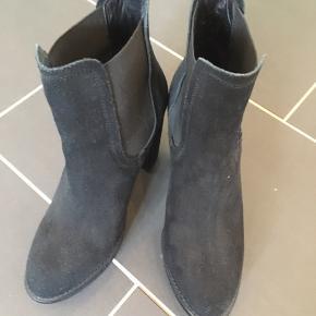 Ruskindsstøvler.  Høje støvler med plateau. Næsten ikke brugt. Flere billeder kan tilgå.   Billedet gør de ser slidte/lyse ud. Det er de ikke. De er stadig helt sorte.