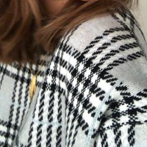 Sælger denne søde sweater i en størrelse L. Dog skal det lige siges at jeg normalt er en s-xs, hvilket gør at den sidder lidt oversize på mig hvilket jeg godt kan lide. ✨